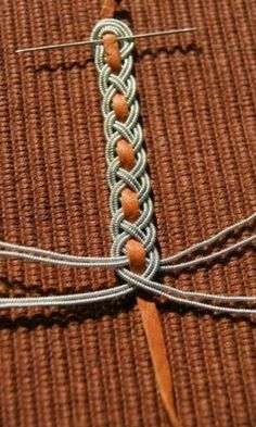 Silver wire braided around deerskin thong. karkötő v. öv is lehet belőle Jewelry Knots, Macrame Jewelry, Macrame Bracelets, Wire Jewelry, Beaded Wrap Bracelets, Jewellery, Diy Bracelets Easy, Bracelet Crafts, Jewelry Crafts
