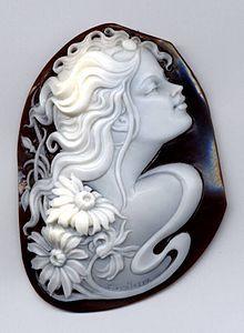 Cameo, handmade shell (Cassis madascarensis) , Modula Gioielli.