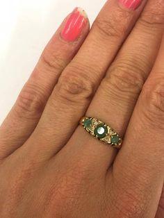 371) Une magnifique bague de style Gypsy avec belle émeraude et diamant pierres mis en or jaune 18 carats. Ce style populaire ferait le cadeau parfait pour quelquun de spécial quelquun ou peut-être même un régal pour vous-même! Taille: ROYAUME-UNI: M 1/2 Amérique: 6 1/2 Continental