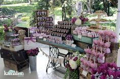 www.kamalion.com.mx - Mesa de Dulces / Candy Bar / Postres / Boda / Wedding / Palo de Rosa & Morado / Pale Pink & Purple / Vintage / Rustic Decor / Maletas / Lecheros / Máquina de Coser / Puerta / Sewing machine / Bags.