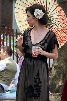 beautiful parasol and dress, jazz lawn party Great Gatsby Fashion, 20s Fashion, Retro Fashion, Fashion News, Jazz Age Lawn Party, Dapper Day, Gatsby Style, Roaring Twenties, Ladies Day