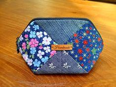 요번 주말 서울에 결혼식이 있어 간김에 세째언니에게 선물로 줄 파우치입니다. 지퍼 달기가 조금 짜증스러... Patchwork Bags, Quilted Bag, Sewing Crafts, Sewing Projects, Japan Crafts, Pouch, Wallet, Purse Organization, Make And Sell