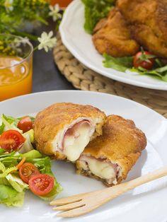 Ecco i cordon bleu di pollo in tavola! Abbiate cura di rimuovere gli stuzzicadenti prima di servirli, soprattutto se fra i vostri commensali ci sono anche dei bambini. Vi consiglio di gustarli ancora caldi per godere del loro ripieno di formaggio filante! Chicken Roll Ups, Chicken Cordon Bleu, Melted Cheese, Salmon Burgers, Food Art, Risotto, Food And Drink, Pasta, Dinner