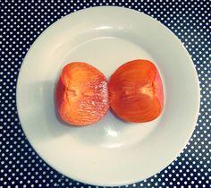 """O caqui ou dióspiro, é o fruto do caquizeiro É originário da China, sendo muito popular no Japão. Sendo uma fruta de caldo, contém grandes quantidades de água em seu interior.  É muito cultivada na região sul do Brasil e no estado de São Paulo, particularmente em Itatiba], e em Mogi das Cruzes, conhecida como a """"Terra da Caqui"""", pois dá-se bem em climas amenos e frios (subtropical e temperado). No Brasil as primeiras variedades do Caqui doce foram trazidos por imigrantes japoneses em 1916."""