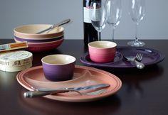【Sweet'n Spicy】食材を引き立たせる柔らかなブラウンの「カプチーノ」と熟したベリーを思わせる「カシス」の組み合わせは、スパイスのきいた大人っぽいテイストに。  ゆっくりとした時間が流れる秋から冬の食卓をイメージした、落ち着いたグラデーションカラーが魅力です。  http://www.lecreuset.co.jp/onlineshop/sweetn-spicy/