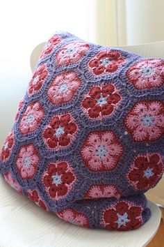 African Flowers cushion by anita Crochet Cushion Cover, Crochet Cushions, Crochet Quilt, Crochet Pillow, Crochet Home, Love Crochet, Diy Crochet, Crochet Motifs, Crochet Squares
