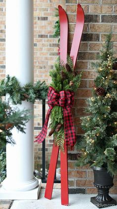Skis turned Holiday Decor from confessionsofaser. Skis turned Holiday Decor from confessionsofaser Country Christmas, Vintage Christmas, Christmas Holidays, Christmas Wreaths, Christmas Garden Decorations, Diy Outside Xmas Decorations, Christmas Christmas, Cabin Christmas Decor, Rustic Christmas Crafts