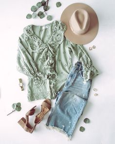 Summer to fall outfit with a green eyelet top, wide leg jeans, a taupe fedora, taupe heels and simple accessories.   Boho chic fall outfit, boho chic fall fashion, boho fall outfit Jeans Outfit Summer, Cute Summer Outfits, Cute Outfits, Summer Clothes, Fall Fashion Trends, Autumn Fashion, Fashion Bloggers, Early Fall Outfits, Casual Sweaters