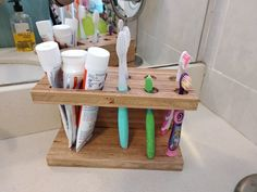 final result of my toothbrush & toothpaste holder, after applying varnish to avoid damaging the wood from moisture and water Wooden Projects, Woodworking Projects Diy, Wood Crafts, Diy Projects, Bathroom Wood Shelves, Toothbrush And Toothpaste Holder, Kitchen Labels, Toilet Accessories, Homemade Furniture