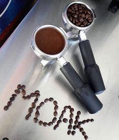 Výskum z Univerzity v Illionois zistil, že 2-3 šálky kávy môžu u človeka znížiť stupeň bolesti pri cvičení. Garlic Press, Coffee, Kitchen, Kaffee, Cooking, Kitchens, Cup Of Coffee, Cuisine, Cucina