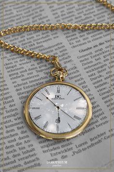 Tempus fugit: die Zeit vergeht. Wie Sie die Zeit ein bisschen schöner vergehen lassen können? Mit einer klassischen Taschenuhr in Gold. Verleiht dem Träger den perfekten Vintage Look!