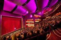 °Grand Canal Theatre se localiza em Dublin capital da Irlanda° Elaborado porDaniel Libeskind, o teatro foi inaugurado em 2010. A fachada é inteira de vidro, inclinados do chão ao teto, totalizam q…