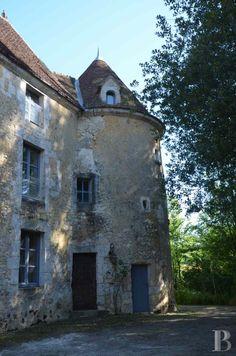 Au cœur du perche, dans une campagne bocagère, un manoir du 16ème siècle caché au milieu des arbres - manoirs à vendre - basse-normandie - Patrice Besse Châteaux et Demeures de France, agence immobilière spécialisée dans la vente de châteaux, demeures historiques et tout édifice de caractère