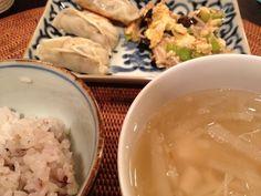何しろ金曜日ですから週なかに作ったおかずリメイクが命題です。 このギョウザ、ひじき煮と鶏挽きをベースに豆腐、ネギ、しょうがを混ぜて餡にしてます(^^) 美味しければええのん♪ - 17件のもぐもぐ - 金曜日はギョウザ、卵とキクラゲ、エノキの炒めもの、大根とホタテの中華風スープ。 by Puffi3037