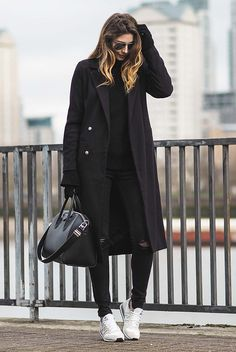 Outfits that prove you can look chic on sneakers be daze live Casual Winter Outfits, Classy Outfits, Chic Outfits, Black Coat Outfit, Black Outfits, Outfits Leggins, New Balance Outfit, Look Chic, Coats For Women