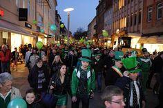 Wo endet auch das schönste irische Fest? Im Pub! Bei ölig dunklem irischen Bier. Das auch zur Fastenzeit. Selbst für streng gläubige Katholiken von der...