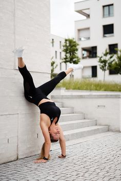 Gymshark Seamless Energy Yoga Handstand Pose with Mary Wagner #gymshark #yoga #handstand