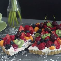 Fruit Tart A simple but beautiful and delicious tart! This dessert is perfect if you're short on time, but need a stand-out dessert!A simple but beautiful and delicious tart! This dessert is perfect if you're short on time, but need a stand-out dessert! Passover Desserts, Easy Desserts, Delicious Desserts, Yummy Food, Tasty, Health Desserts, Easy Cake Recipes, Sweet Recipes, Dessert Recipes