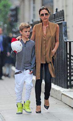 VICTORIA BECKHAM    Vimos a la exSpice Girl junto a su hijo Romeo caminando por las calles de Londres. Llevaba unos jeans corte pitillo y una original blusa color camello. Remató su look casual con unos pumps negros y gafas de sol tipo aviador.
