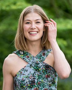 Rosamund Pike Gone Girl, Rosamond Pike, Johnny English Reborn, Great Smiles, Good Looking Women, Chelsea Flower Show, Girls Rules, Blonde Beauty, Hollywood Actor