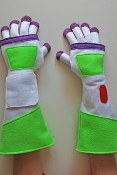 Buzz Lightyear gloves DIY (from dollar store gloves!) Just in case I wanna be buzz lightyear for halloween. Buzz Lightyear Kostüm, Disfraz Buzz Lightyear, Buzz Lightyear Diy Costume, Buzz Costume, Sewing For Kids, Diy For Kids, Crafts For Kids, Toy Story Party, Toy Story Birthday