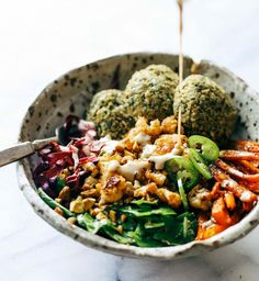 The Ultimate Winter Bliss Bowls - Pinch of Yum - Eat well AND keep your glow al. The Ultimate Winter Bliss Bowls - Pinch of Yum - Eat well AND keep your glow all through winter! Easy homemade falafel, roasted veggies, and flavorf - Stop Eating, Clean Eating, Healthy Eating, Eating Well, Dinner Healthy, Healthy Food, Healthy Meals, Vegan Food, Whole Food Recipes