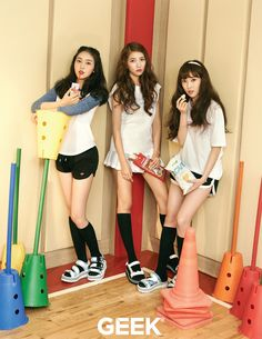 Gfriend SinB, Sowon and Yuju Kpop Girl Groups, Korean Girl Groups, S Girls, Kpop Girls, Rapper, Geek Magazine, Gfriend Yuju, Girls Showing Off, Friend Poses