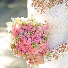 LOVE all of this!  #Repost @juanhernandezstudio ・・・ #bride #bridetobe #bouquet #wedding #weddingdrees #vestidosdenovia #boda #novia #detalles #juanhernandezstudio