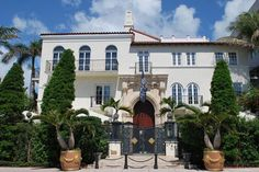 The former Versace Mansion - now boutique hotel Villa Casa Casuarina - plays a starring role in The Assassination of Gianni Versace. Versace Miami, Casa Casuarina, Versace Mansion, Mansions Homes, Gianni Versace, Pool Designs, Hotels And Resorts, Interior Architecture, Villa