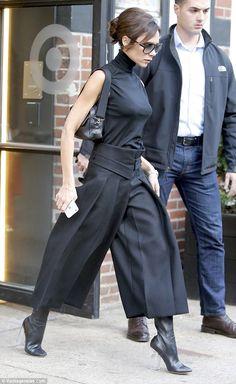 Victoria Beckham shows off her svelte figure in statement midi skirt Moda Victoria Beckham, David And Victoria Beckham, Victoria Beckham Style, Fashion Pants, Fashion Outfits, Womens Fashion, Viktoria Beckham, Artisanats Denim, Dark Fashion