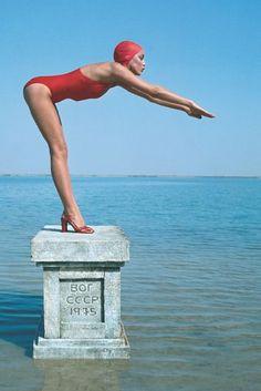 Jerry Hall, photographed by Norman Parkinson for UK Vogue (I think the stylist was Grace Coddington) Vintage Swim, Mode Vintage, Looks Vintage, Norman, Glamorous Chic Life, Image Mode, Slim Aarons, Swim Caps, Foto Art