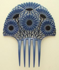 Cornflower blue daisies decorate this Art Deco comb made in Oyonnax.