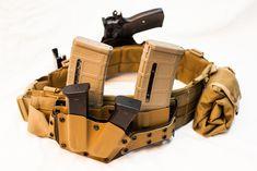 War belt : kydex coyote brown magpul pmag magazine and handgun magazine holster Tactical Belt, Kydex Holster, Tactical Clothing, Tactical Survival, Survival Gear, Survival Stuff, War Belt, Battle Belt, Shooting Gear