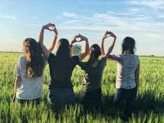 Show your friends how much they are loved and apppreciated with these friendship quotes—included are inspirational, cute, short, deep and best friend quotes Bff Pics, Photos Bff, Videos Photos, Family Beach Pictures, Winter Pictures, Beach Photos, Tumblr Sky, Tumblr Ocean, Videos Instagram
