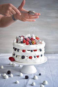 Aujourd'hui, je vous propose un dessert pour la fête des mères, une pavlova façon layer cake (plusieurs couches). J'ai choisi ce dessert car c'est un des préférés de ma maman, il est facile à faire et surtout délicieux.J'ai déjà réalisé des pavlova de...