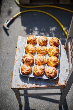 Fonott cukros briósmuffin | Street Kitchen Pretzel Bites, Brie, Bakery, Muffin, Food And Drink, Cooking Recipes, Breakfast, Street, Kitchen