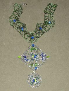Maxi colar em crochê de fio de Metal , cobre esmaltado em verde e azul ( fios importados), pingente em croche de fios de aço inoxidável, bordado com pedras naturais( azurita e opalina)