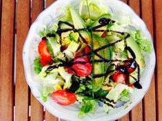 Avocado-Erdbeer-Salat mit Balsamicodressing