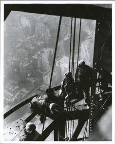 1931年 エンパイア・ステートビルディングの建設現場の作業員達。オーバーオールを着ている人が多いです。 Workers on Empire State building Source: Photographs of the Empire State Building under construction. / L. W. Hine.