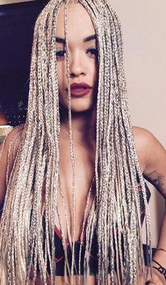 Rita Ora já apareceu com box braids e escolheu um modelo completamente loiro