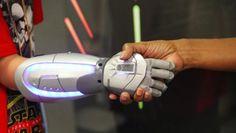 バイオニックハンズ(bionic hands, 生体工学で作る手)のOpen Bionicsが、手術で手を切断した子どもたちのために、Iron Man的やElsa的な手と腕を作っている。〔アイアンマンとアナ雪のエルサ。〕  Open Bionicsは、義手のデザインがMarvel(コミック)やFrozen(「ア..