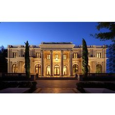 Joyce Rey is a realtor with a focus in Beverly Hills. Find homes for sale in Beverly Hills and Holmby Hills. Architecture Antique, Architecture Design, Southern Architecture, Roman Architecture, Classic Architecture, American Mansions, Beverly Hills Mansion, Mega Mansions, Luxury Mansions