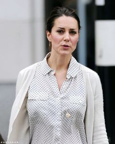 Exclusive: Kate Middleton Bargain Shops in Sneakers!: Kate Middleton walked with a friend through London. : Kate Middleton stopped by Zara Home in London. Kate Middleton Outfits, Kate Middleton Style, Pippa Middleton, Kate Middleton Schmuck, Kate Middleton Jewelry, Hollywood Fashion, Royal Fashion, Duchesse Kate, Royals