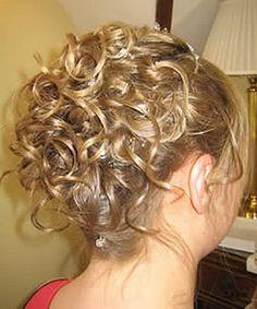 49 , Cheveux attachés haut, chignon et boucles tombantes