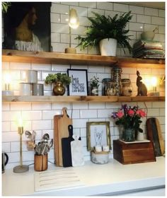 Küche mit weißen Fliesen und einem Regal in Naturholz. Kitchen with white tiles and a shelf in natural wood. Kitchen Shelves, Kitchen Tiles, New Kitchen, Kitchen Interior, Kitchen Decor, Kitchen Small, Kitchen Lamps, Kitchen White, Kitchen Corner