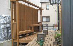 ベンチや花台等と組み合わせた縦桟ウッドフェンス