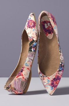 Tendance & idée Chaussures Femme Description These floral flats will look great with boyfriend jeans and a cute crop. Cute Flats, Cute Shoes, Me Too Shoes, Pretty Shoes, Beautiful Shoes, Shoe Boots, Shoes Sandals, Floral Flats, Pointy Toe Flats