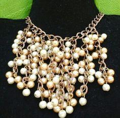Collar de perlas doradas y beis con cadena cobriza