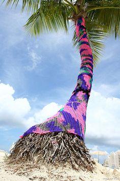 Imagine a whole island of these! Guerilla Knitting, Sculpture Textile, Urbane Kunst, Extreme Knitting, Crochet Art, Beach Crochet, Crochet Crafts, Yarn Bombing, Knitting Yarn