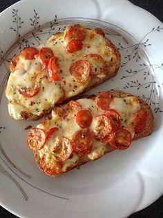 Baguettscheiben mit Tomaten & Mozzarella überbacken, ein tolles Rezept aus der Kategorie Kalt. Bewertungen: 49. Durchschnitt: Ø 4,3.